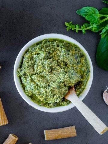 5 minutes vegan pesto featured