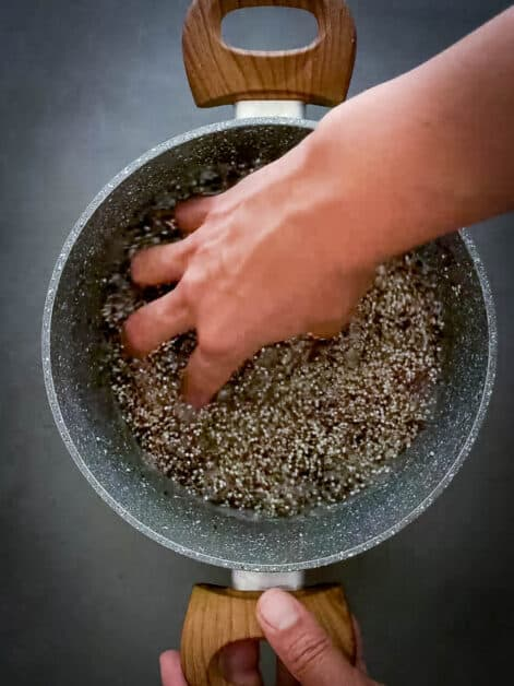 washing quinoa