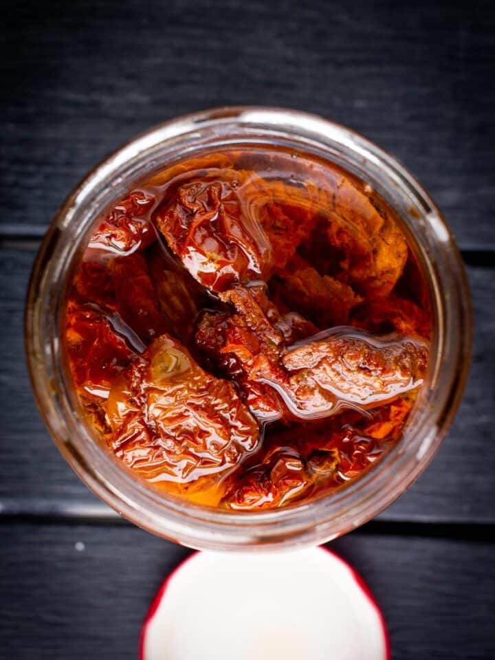 dry tomatoes in oil